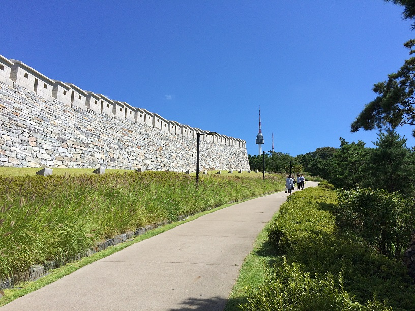 南山(ナムサン)の麓の白凡(ベッポン)広場の城郭
